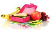 Boîte à lunch sandwich, fruit et papeterie isolé sur blanc — Photo