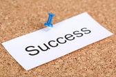 Pinezkę na papierze z słowo sukces na pokładzie korka — Zdjęcie stockowe
