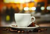 Xícara de café com feijão na mesa de café — Foto Stock