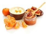 Fromage blanc dans un bol avec des confitures de mandarine, isolé sur blanc — Photo