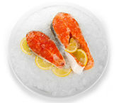 Kousky červené ryby na ledě v izolovaných na bílém plechu — Stock fotografie