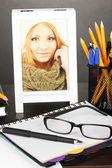 Ofis Masası üzerinde gri arka plan üzerinde beyaz fotoğraf çerçevesi — Stok fotoğraf