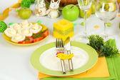 Che serve la tavola di pasqua con close-up di gustosi piatti — Foto Stock