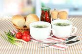 Sopa perfumada em copos na mesa na cozinha — Foto Stock