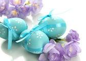 用弓箭和鲜花,孤立在白色的明亮复活节彩蛋。 — 图库照片