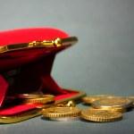 mujer cartera roja con monedas en fondo gris — Foto de Stock