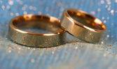 Anneaux de mariage sur fond clair — Photo