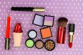 Dekorative kosmetik auf lila hintergrund — Stockfoto