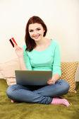 Bellissima giovane donna che lavorando sul portatile in camera — Foto Stock