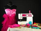 Máquina de costura, manequim e outros equipamentos de costura isoladas em preto — Fotografia Stock