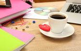 Filiżankę kawy na pulpit bliska biuro — Zdjęcie stockowe