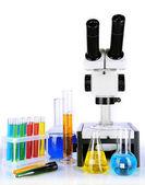 カラフルな液体と白で隔離される顕微鏡の試験管 — ストック写真