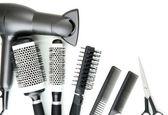 Grzebień, szczotki, suszarką do włosów i nożyce do cięcia, na białym tle — Zdjęcie stockowe
