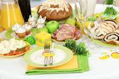 Paskalya masa oda zemin üzerine lezzetli yemekleri ile hizmet veren — Stok fotoğraf
