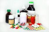 Tıp şişeler ve hap raf — Stok fotoğraf