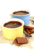 Budín de chocolate en recipientes para hornear aislado en blanco — Foto de Stock