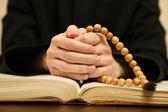 聖書から読書の司祭、クローズ アップ — ストック写真
