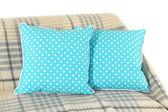 Coussins colorés sur canapé isolé sur blanc — Photo