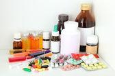 Bouteilles médicales et pilules sur étagère — Photo