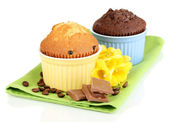 Cupcakes dans des bols de cuisson isolé sur blanc — Photo