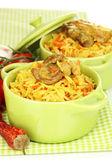 Läckra Pilaffris med grönsaker på nära håll — Stockfoto