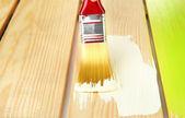 Borstel schilderij van houten meubilair, close-up — Stockfoto