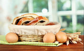 Loaf with poppy seed in wicker basket, on bright background — Stockfoto