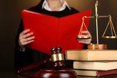 Sędzia przeczytać wyrok na brązowym tle — Zdjęcie stockowe