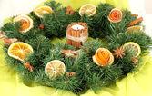 Weihnachtskranz mit brennenden Kerze auf Stoff-Hintergrund — Stockfoto