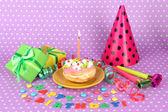 Colores pastel con velas y regalos en fondo rosa — Foto de Stock
