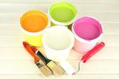 Instellen voor schilderij: schilderen potten, penselen, verf-roller op witte houten tafel — Stockfoto
