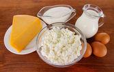 Ahşap zemin üzerine yumurta ve süt ürünleri — Stok fotoğraf