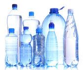 Verschiedene Wasser-Flaschen, die isoliert auf weiss — Stockfoto