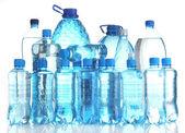 Garrafas de água diferentes isoladas no branco — Foto Stock