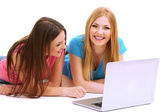 Dos amigas con portátil aislado en blanco — Foto de Stock