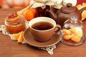 Lätt frukost med te och hemlagad sylt på träbord — Stockfoto