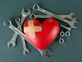 Coração e ferramentas. Conceito: Renovação do coração. Isolado — Fotografia Stock