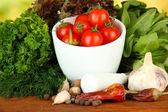 Kompozisyon parlak zemin üzerine harç, baharat, domates ve yeşil otlar — Stok fotoğraf