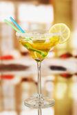 Geel cocktail in glas op kamer achtergrond — Stockfoto
