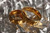 Anneaux de mariage sur fond argenté — Photo