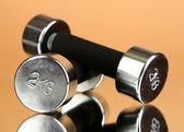 Hantle 2 kg na beżowym tle — Zdjęcie stockowe