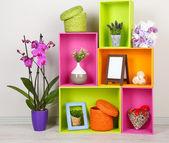 Hermosos coloridos estantes con diferentes objetos relacionados con casa — Foto de Stock