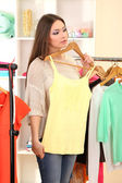 Menina na loja comprando roupas — Fotografia Stock