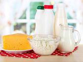 Productos lácteos en onapkin en la mesa en la cocina — Foto de Stock