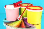 набор для рисования: краски горшки, малярные валики, палитра цветов на синем фоне — Стоковое фото