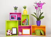 όμορφη πολύχρωμα ράφια με διαφορετικά αντικείμενα στο σπίτι σχετικές — Φωτογραφία Αρχείου