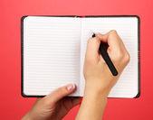 Defter, renkli arka plan üzerinde el yazma — Stok fotoğraf