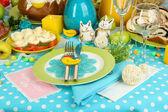 Servindo a mesa de páscoa com close-up de saborosos pratos — Foto Stock