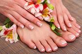 Mooie vrouw benen en handen op bamboe mat — Stockfoto