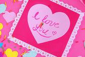 Bella composición de san valentín de papel y las decoraciones en primer plano de fondo rosa — Foto de Stock